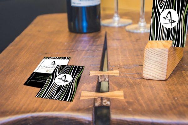 Mise en situation logo La Sagesse de la Matière, carte de visite sur table en bois