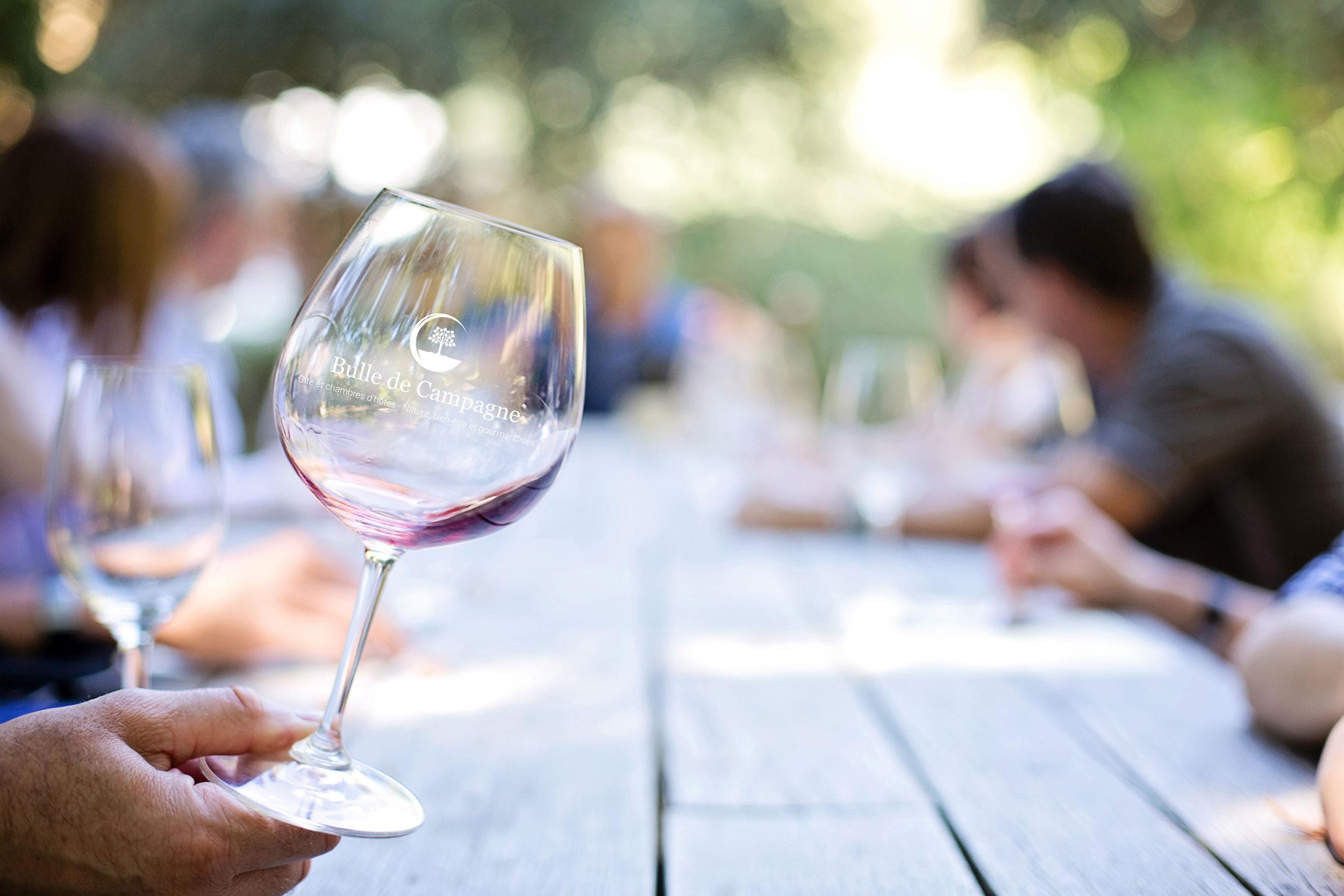 Logo Bulle de Campagne gravé sur un verre de vin